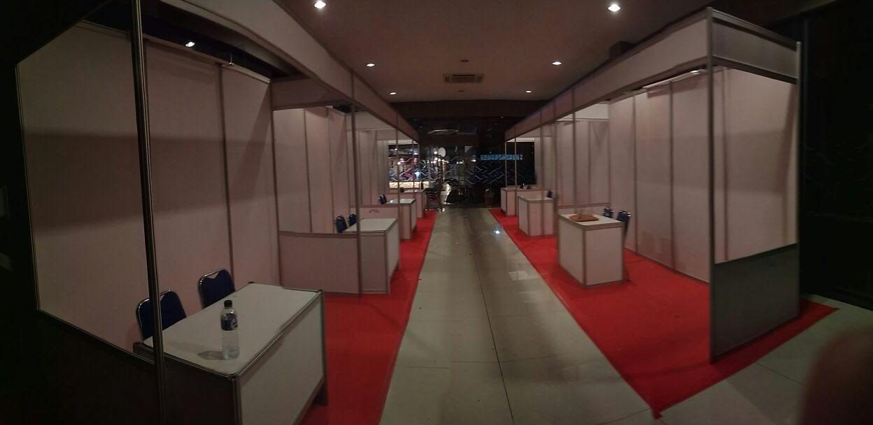 Partisi Pameran R8